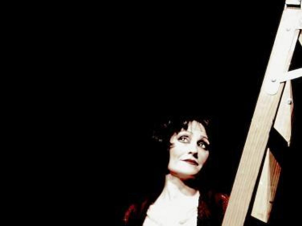 Maribel Per, caracterizada como Raquel Meller cantando 'La Violetera'.