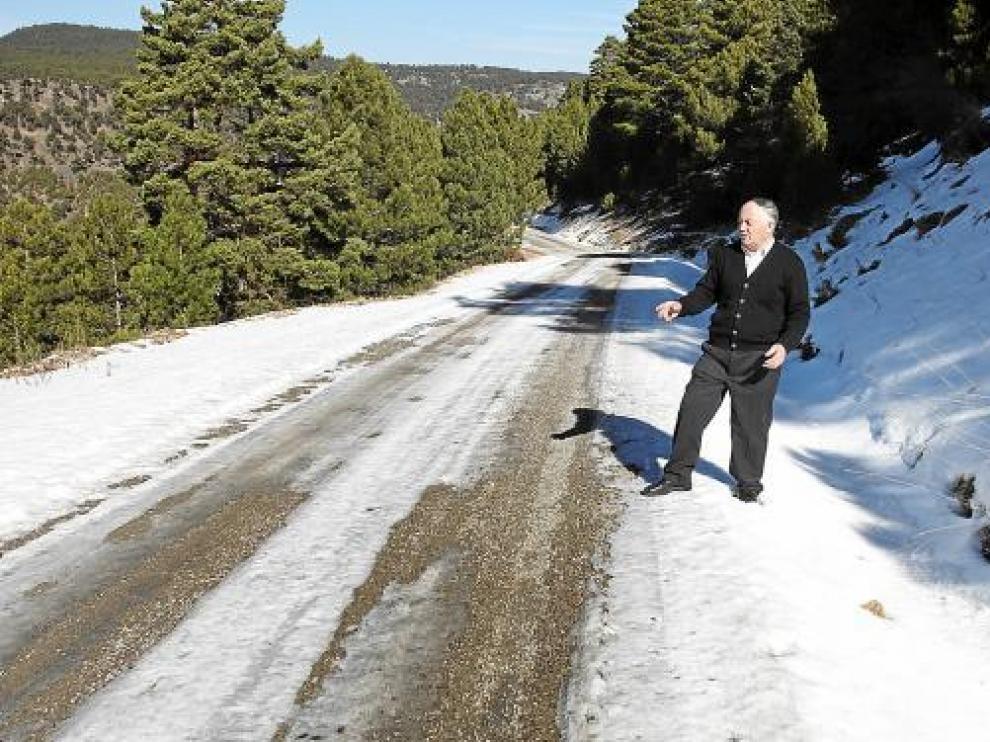 El alcalde de Camarena, Ramón Navarro, junto al camino. La nieve cayó hace dos semanas.