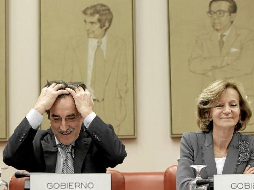 El ministro de Trabajo, Valeriano Gómez, y la vicepresidenta Elena Salgado, ayer en el Congreso.