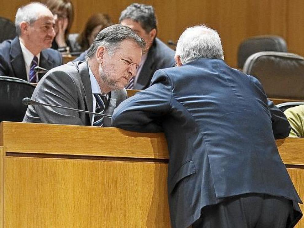 El presidente de Aragón, Marcelino Iglesias, charla con el consejero Larraz