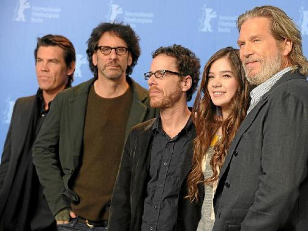 De izquierda a derecha, Josh Brolin, los hermanos Coen, Hailee Steinfeld y Jeff Bridges, en Berlín.