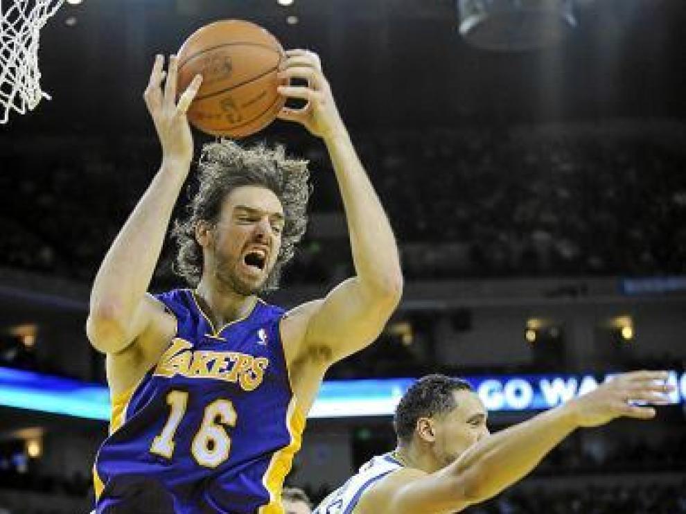 Pau Gasol rebotea ante Gadzuric en el partido Warriors-Lakers.