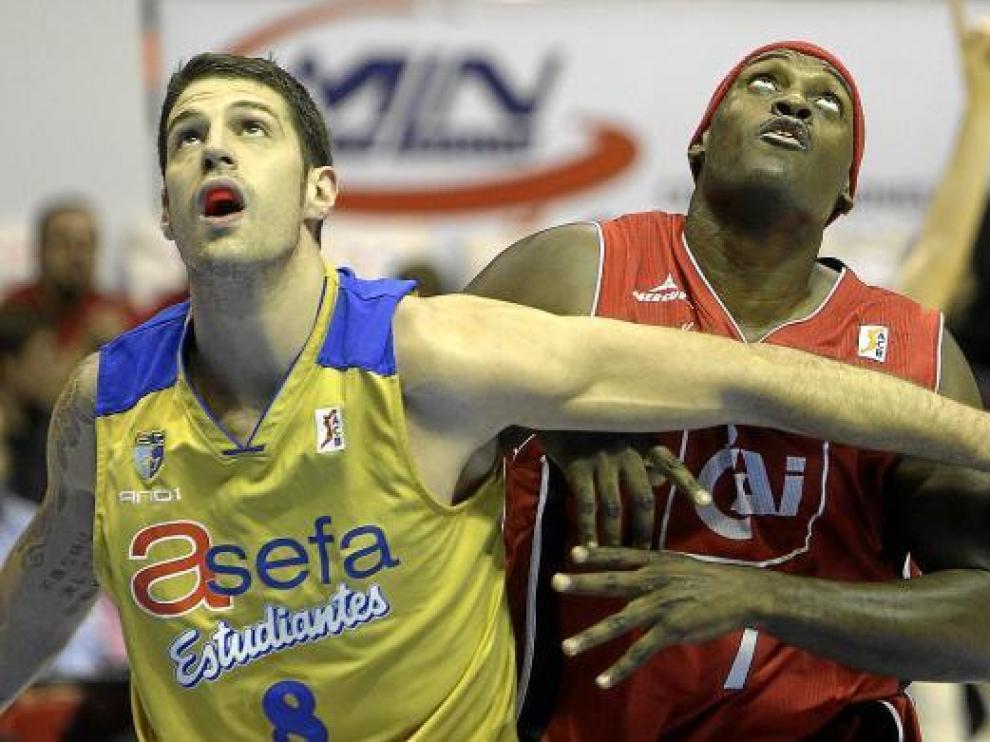 Darren Phillip, jugador del CAI Zaragoza, en pugna durante un encuentro.