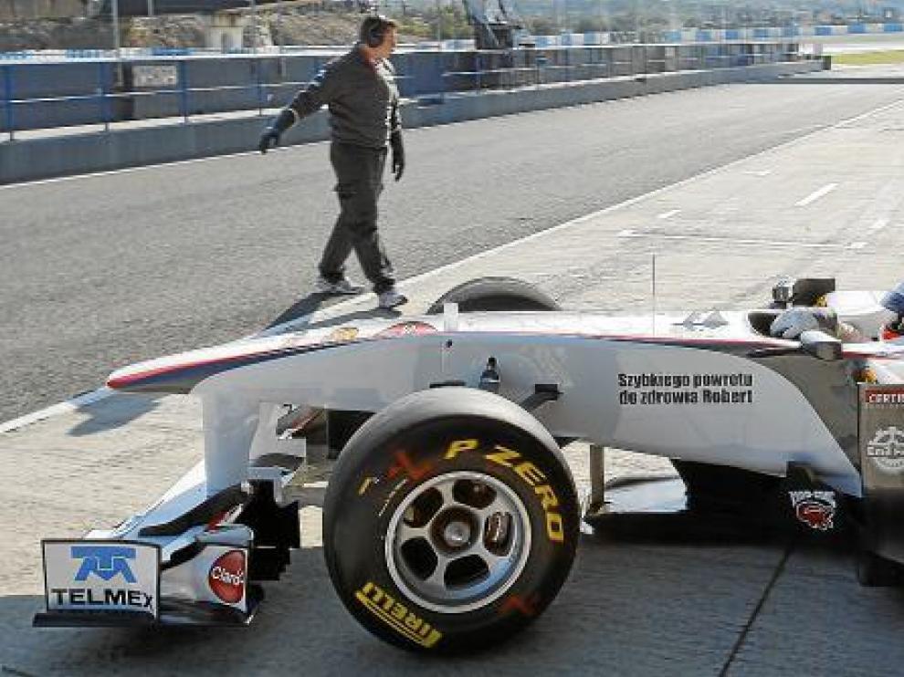 El mexicano Sergio Pérez (Sauber) exhibe en su monoplaza un mensaje de ánimo a Kubica.