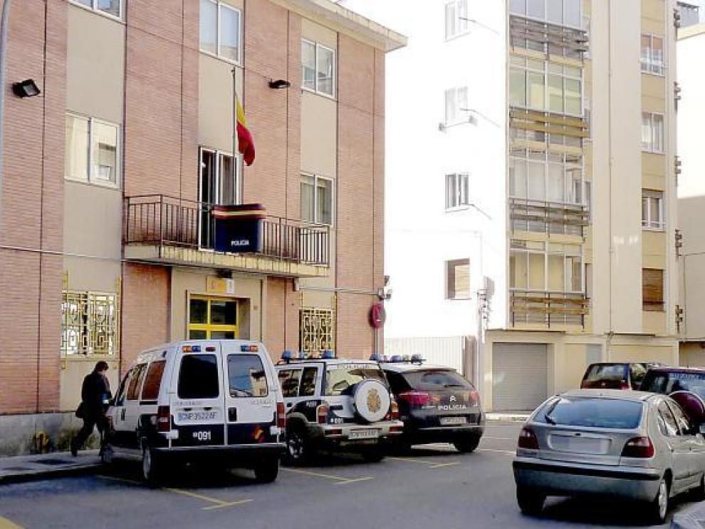 Entrada de la comisaría de Jaca, donde están destinados los siete policías imputados.