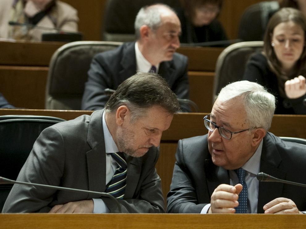 Marcelino Iglesias y José Ángel Biel conversan durante el pleno de las Cortes