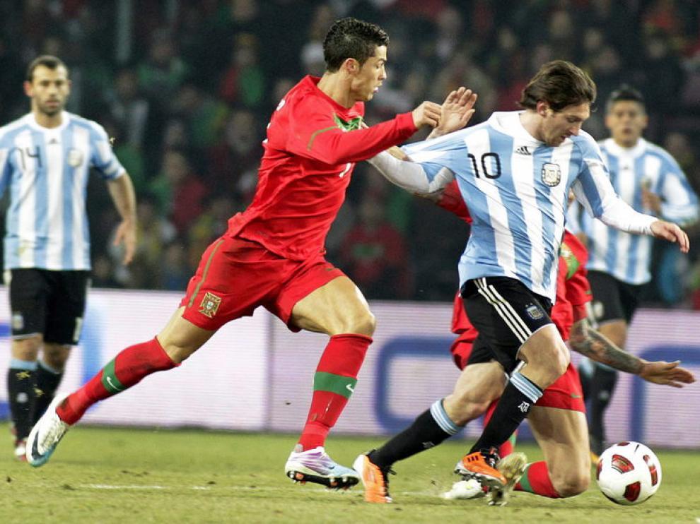 Cristiano Ronaldo agarra de la camiseta a Messi, que supera al portugués por velocidad
