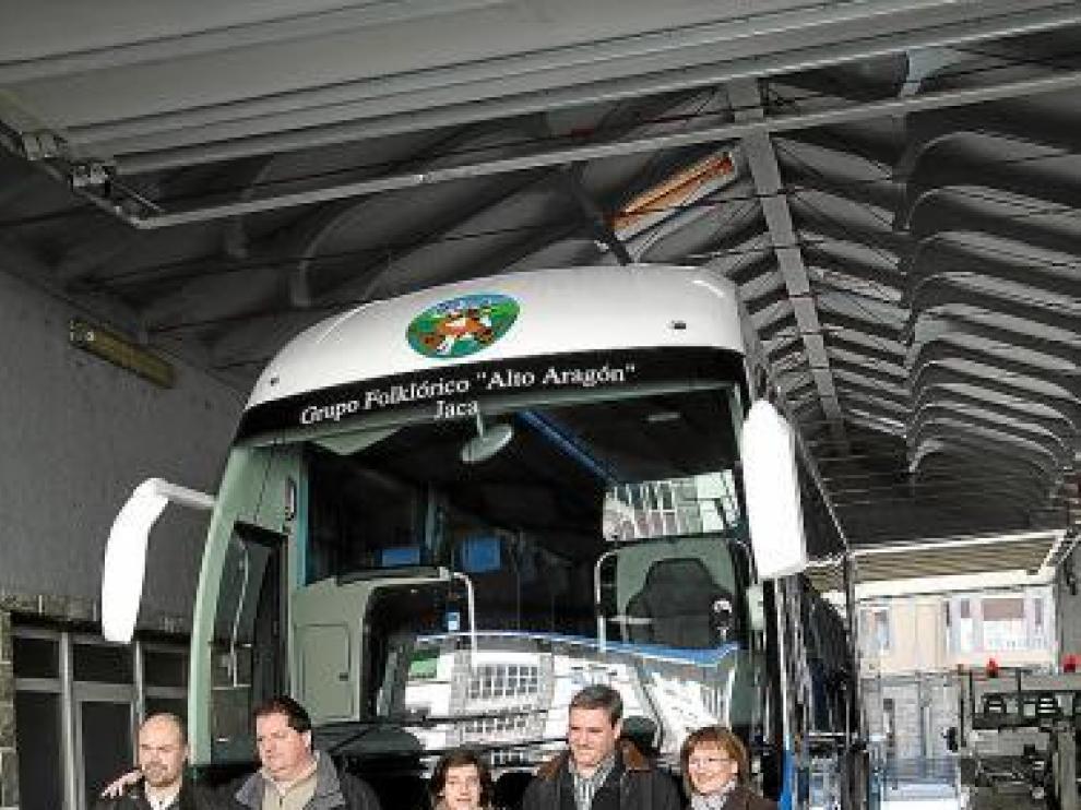 Miembros del grupo con el gerente de Escartín, ante el autobús.