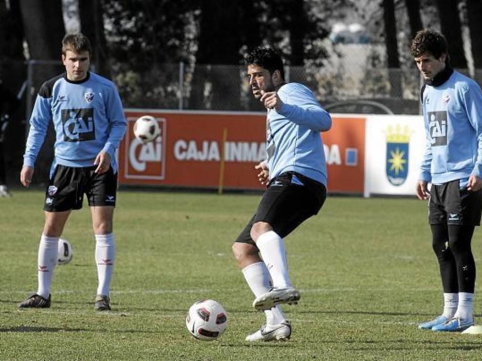 Tariq, en el centro, ante la mirada de Víctor Pérez, a la derecha, y de Galán.