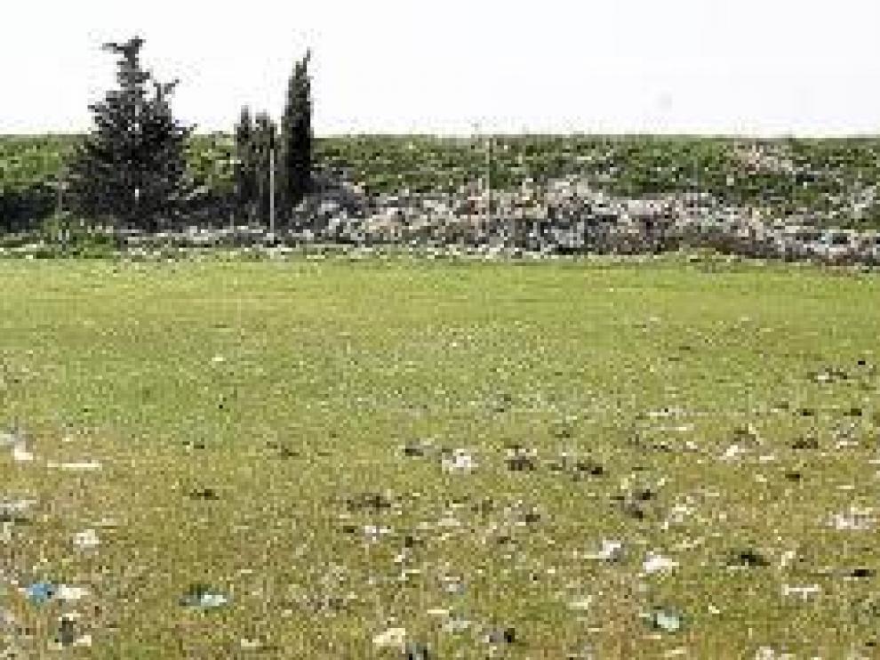 La planta de residuos de Alcalá vuelve a cubrir el monte con miles de bolsas de plástico