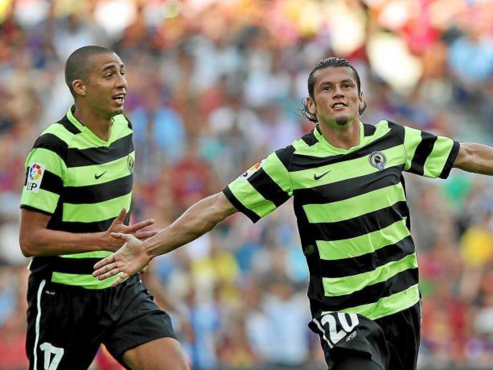 Valdez y Trezeguet celebran el gol del delantero paraguayo en el asalto del Hércules al Camp Nou, en la primera vuelta.
