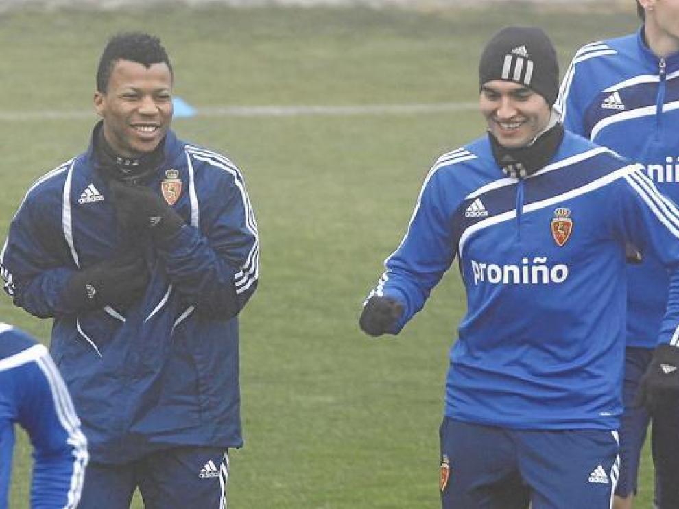 Obradovic, en un entrenamiento del Zaragoza, junto a Uche.