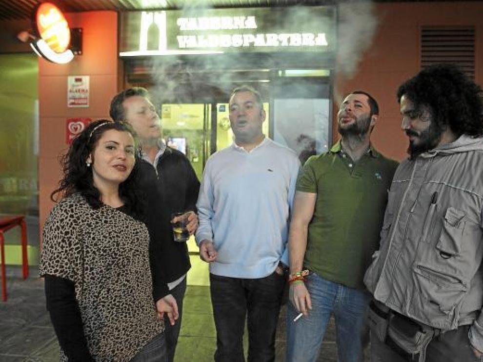 María Ferrero, Hans Reitzenstein, Francisco Madariaga, Quique Blanco y Kike Utrilla, delante del bar.