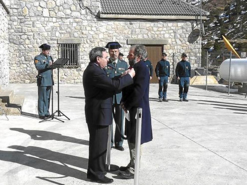 Pérez de Tudela, en el momento de la condecoración.