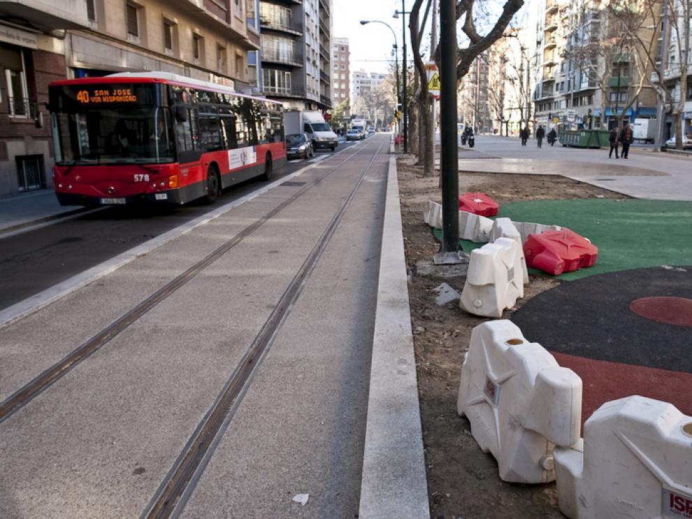 Un autobús pasado junto a los raíles del tranvía en Gran Vía