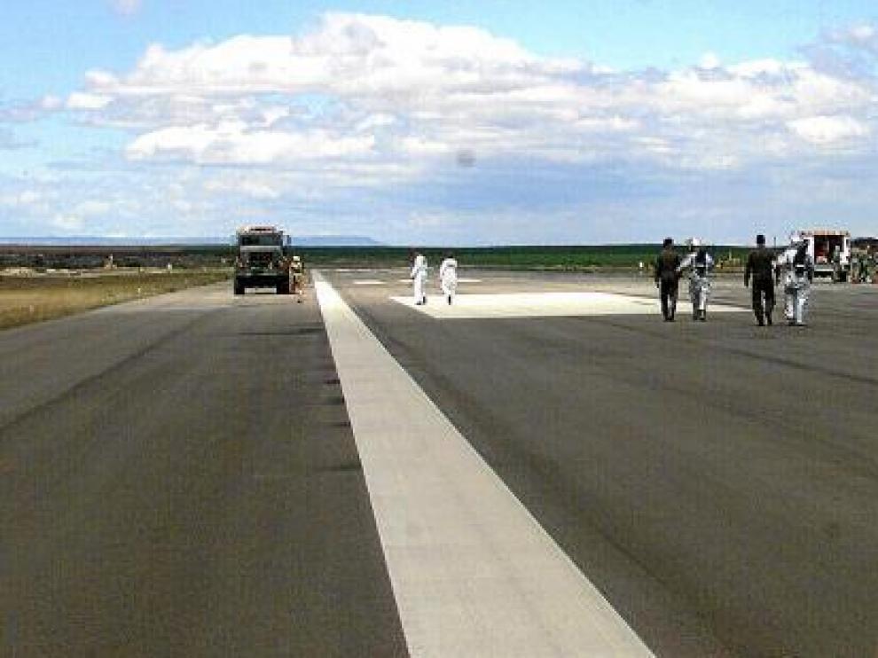 Los equipos desplazados desde Estados Unidos durante uno de los simulacros realizados en la Base Aérea de Zaragoza antes de un lanzamiento.