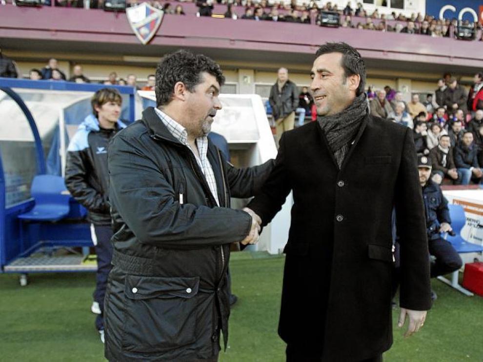 Onésimo Sánchez se saluda antes del partido con el entrenador del Girona, Raúl Agné.