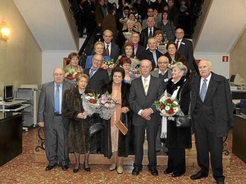 Algunos de los matrimonios galardonados, en la escalinata del Ayuntamiento de Teruel.