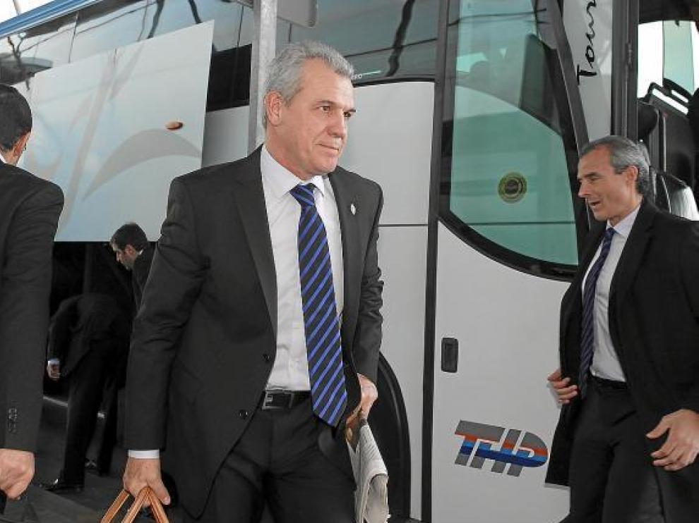 Javier Aguirre baja del autobús del Real Zaragoza, ayer, antes de coger el vuelo hacia Alicante.