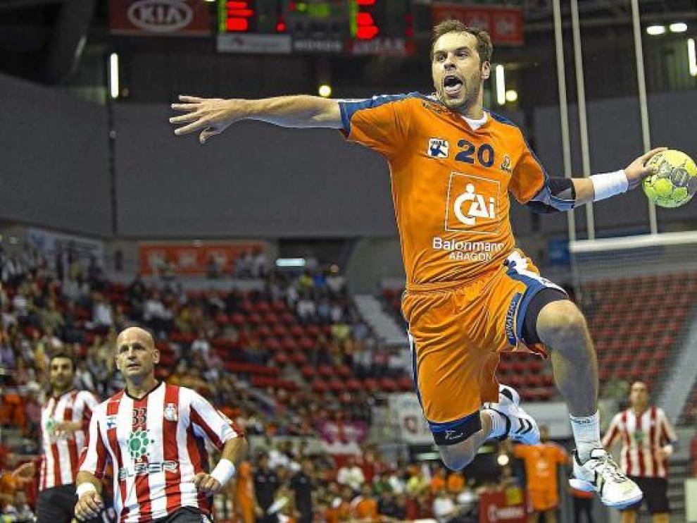 Josep Massachs efectuando un lanzamiento en el anterior partido ante el Puerto de Sagunto.