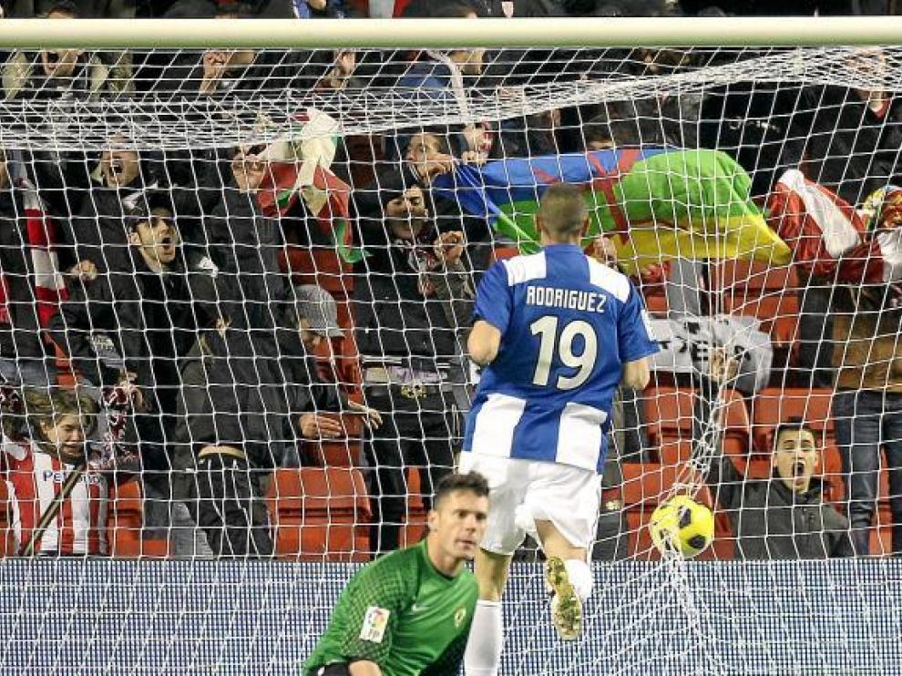 Calatayud, sentado, y Sergio Rodríguez tras recibir un gol en uno de los últimos partidos.