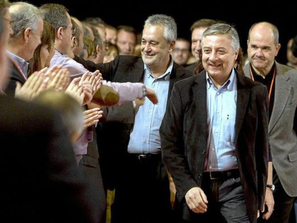 Flanqueado por Manuel Chaves y José Griñán, Blanco saluda a los asistentes a la convención.