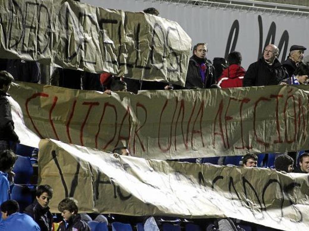 Los Alcorazados reclamaron «viajes pagados» al club azulgrana con estas pancartas.
