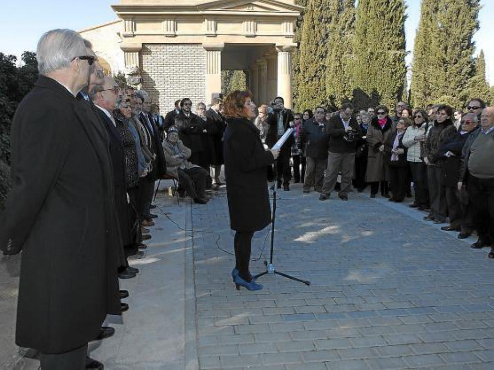 La consejera Broto lee a los asistentes su discurso, ayer en el cementerio de Torrero.
