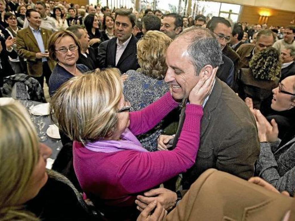 El presidente valenciano, Francisco Camps, es saludado efusivamente en el acto en Alzira.