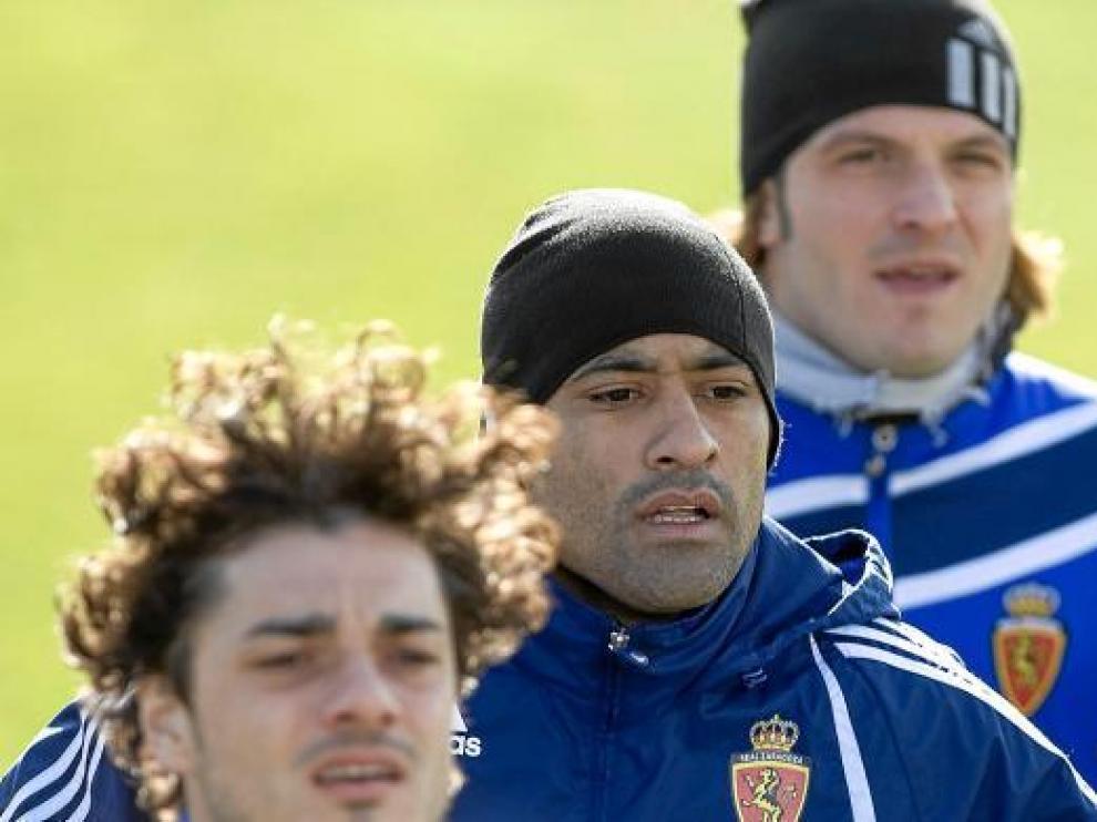 Da Silva, en el centro, a la espalda de Contini, y por delante de Lanzaro.