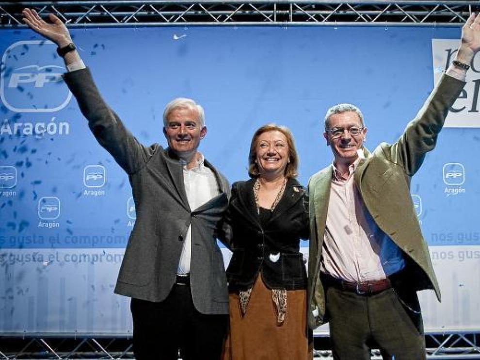 El candidato Eloy Suárez con Luisa Fernanda Rudi y Alberto Ruiz Gallardón, ayer.