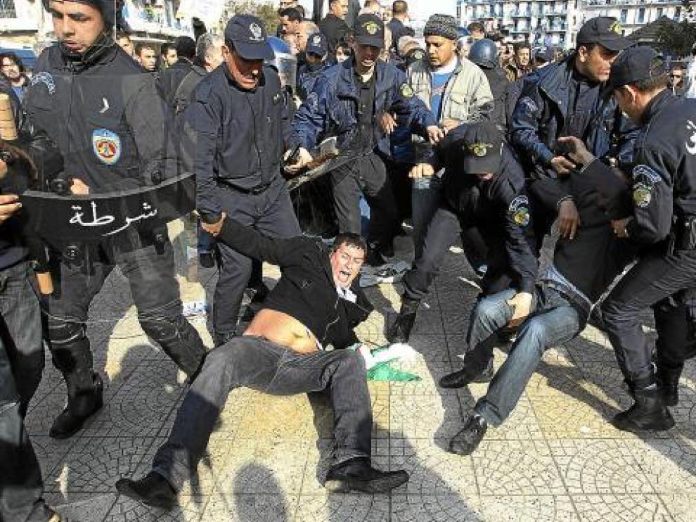 La policía se empleó con dureza contra los argelinos que exigían la marcha de Bouteflika.