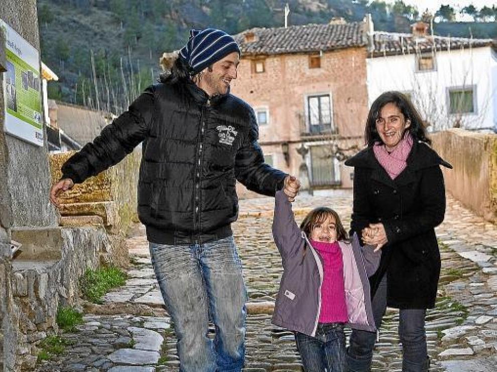 Óscar, Silvia y la pequeña Idaira, paseando por Torrijo de la Cañada.