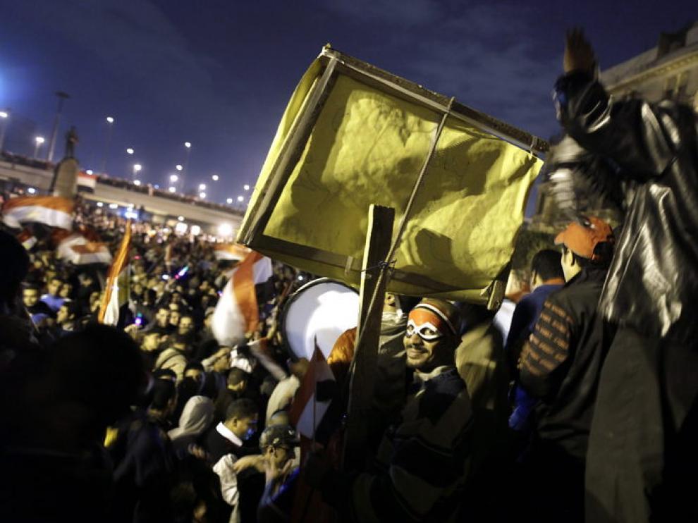 Las celebraciones por la caída de Mubarak se han prolongado toda la noche en Egipto
