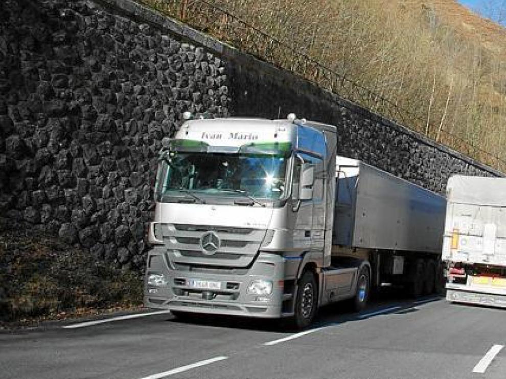 Los camiones españoles se adueñan de la carretera RN-134 en el valle del Aspe por el Somport. Línea férrea abandonada, en Etsaut.