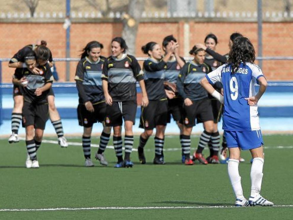 La jugadora del Prainsa Ana Borges mira cómo sus rivales celebran uno de sus goles.