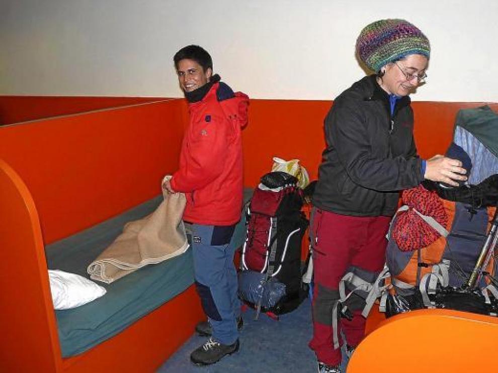 Dos peregrinas en el albergue de Jaca, que en los meses de invierno está menos frecuentado.