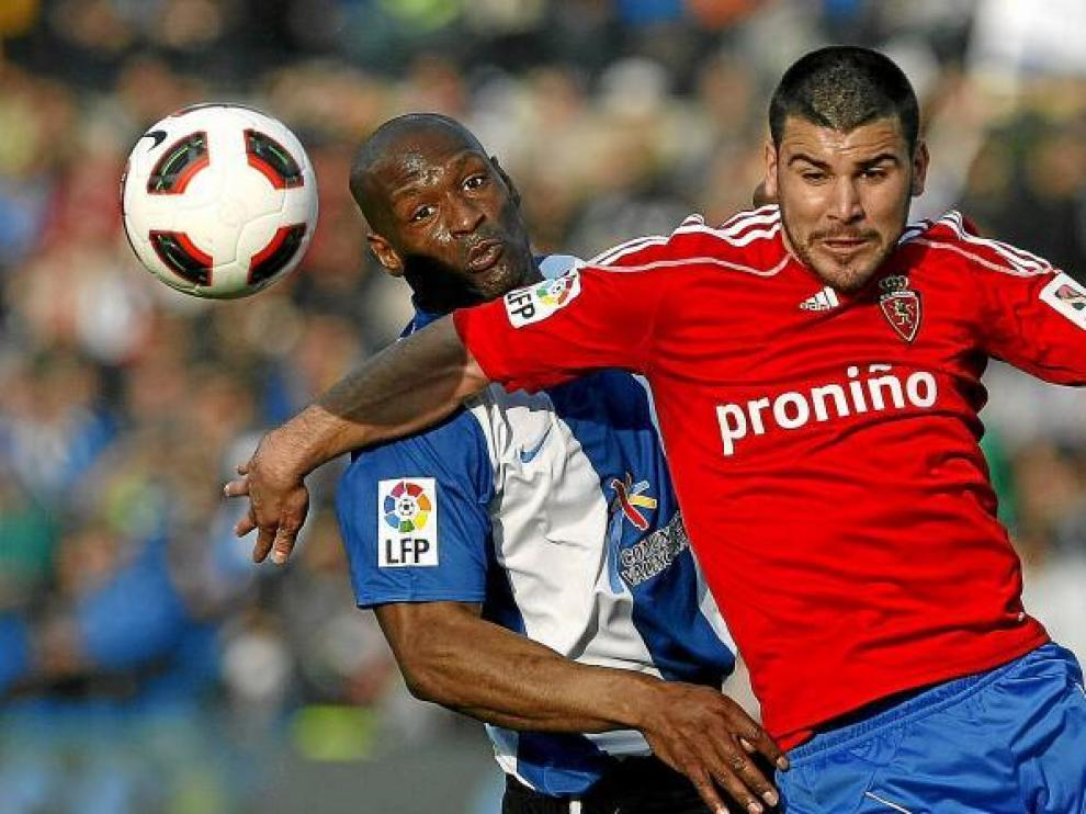 Braulio pelea una pelota con Pamarot, uno de los centrales del Hércules.