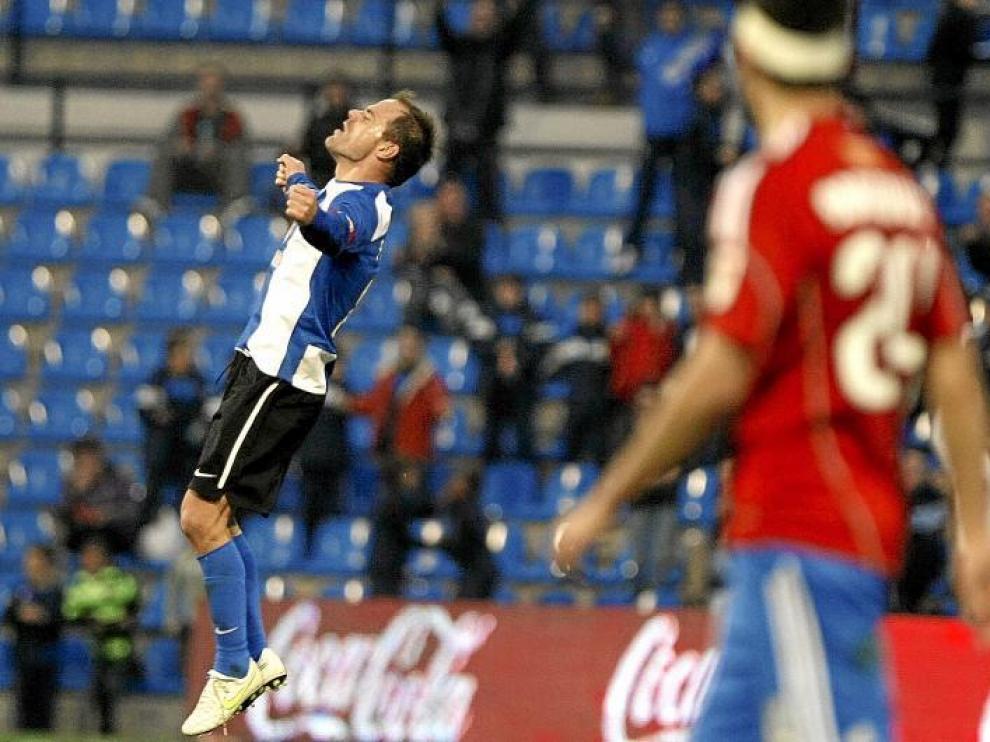 El centrocampista del Hércules Francisco Javier Farinós celebra, con razón, su tremendo gol.