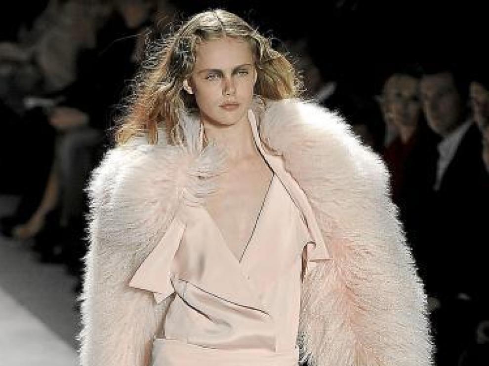'Glamour' rosa empolvado en un modelo de Prabal Gurung.