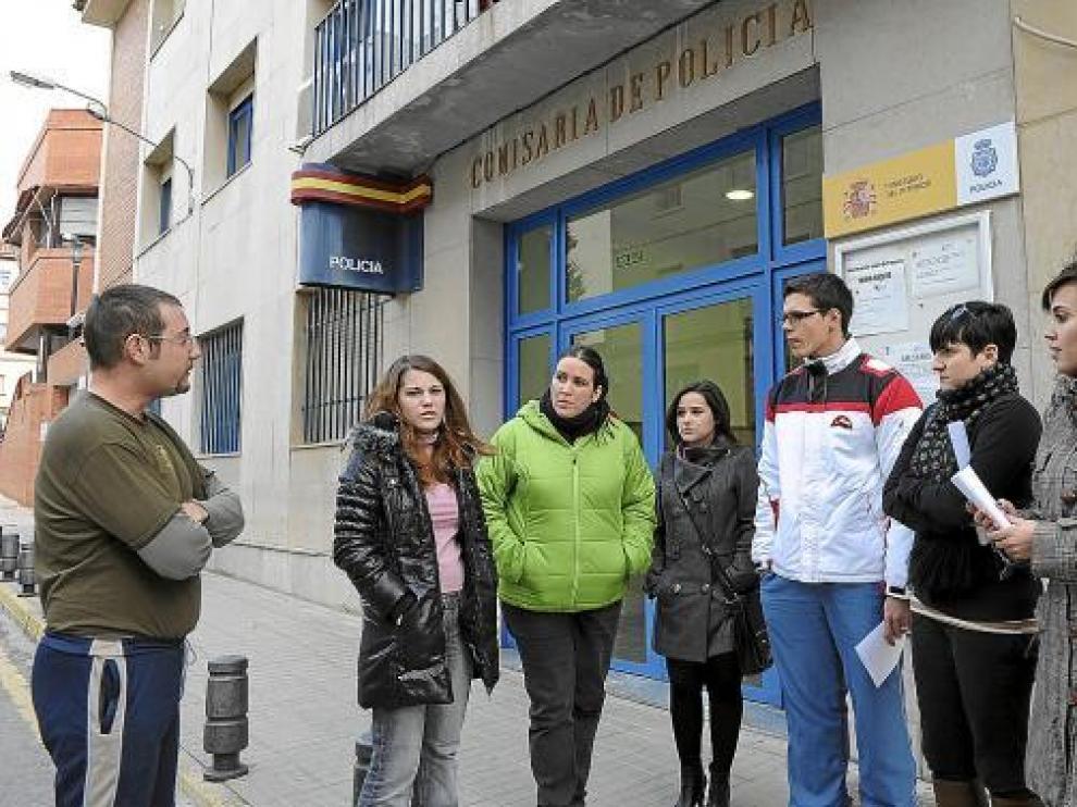 Algunos de los denunciantes, en la puerta de la Comisaría, tras presentar la reclamación.