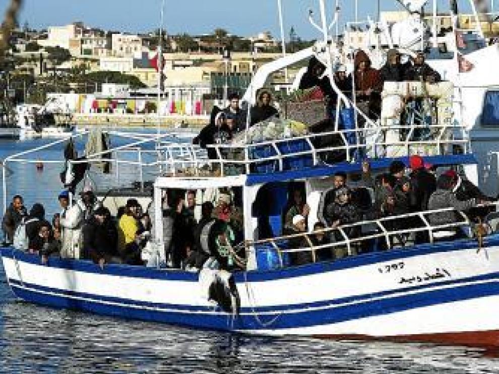 Una barca cargada de tunecinos llega a Lampedusa, ayer.