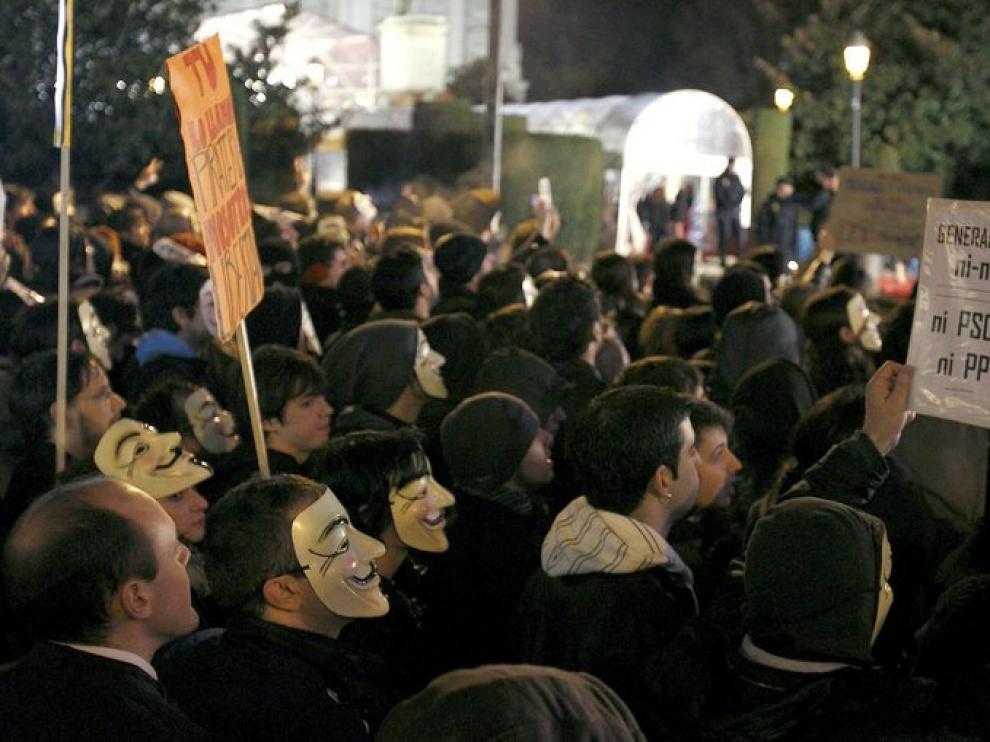 Protestas contra la ley Sinde frente al Teatro Real de Madrid