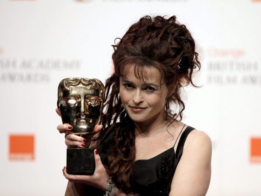 La actriz Helena Bonham Carter posa tras ganar el premio por la categoría mejor actriz secundaria