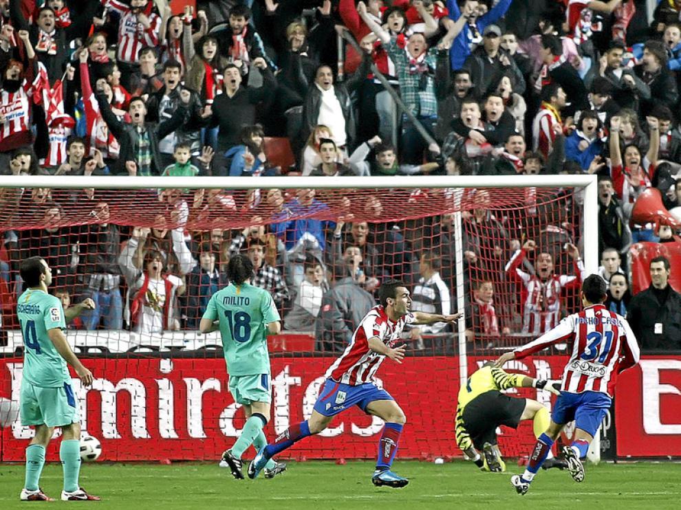 Barral, autor del gol asturiano, celebra el tanto conseguido ante el Barça