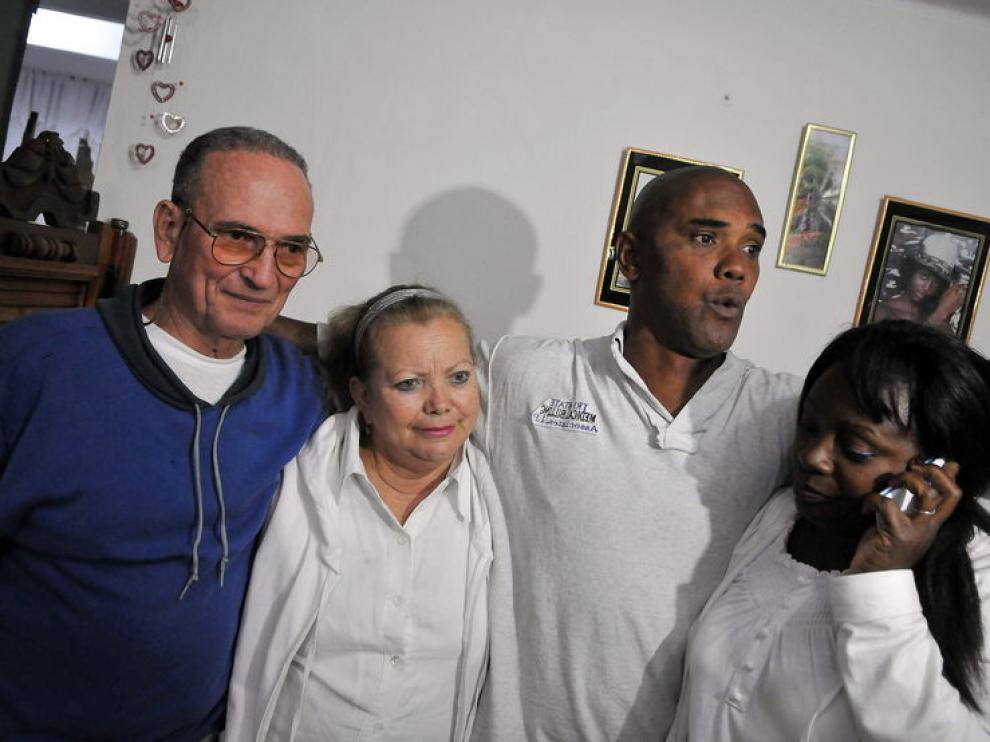 Los disidentes cubanos Héctor Maseda y Ángel Juan Moya, junto a sus esposas, hoy en La Habana