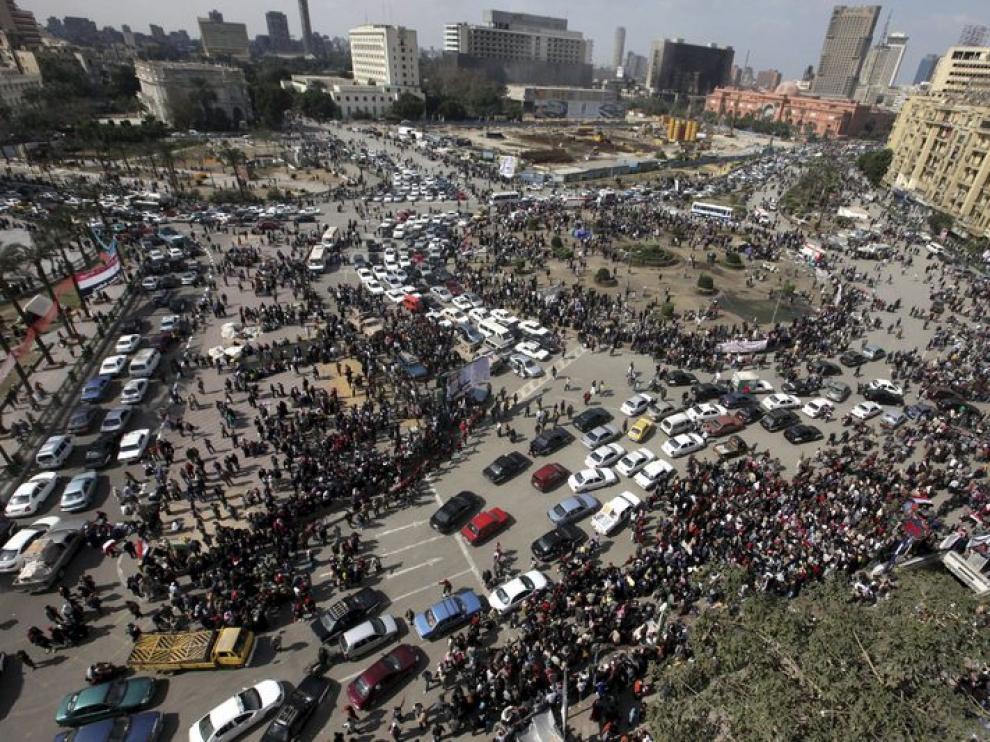Vista general de la plaza Tahrir, donde siguen llegando miles de manifestantes