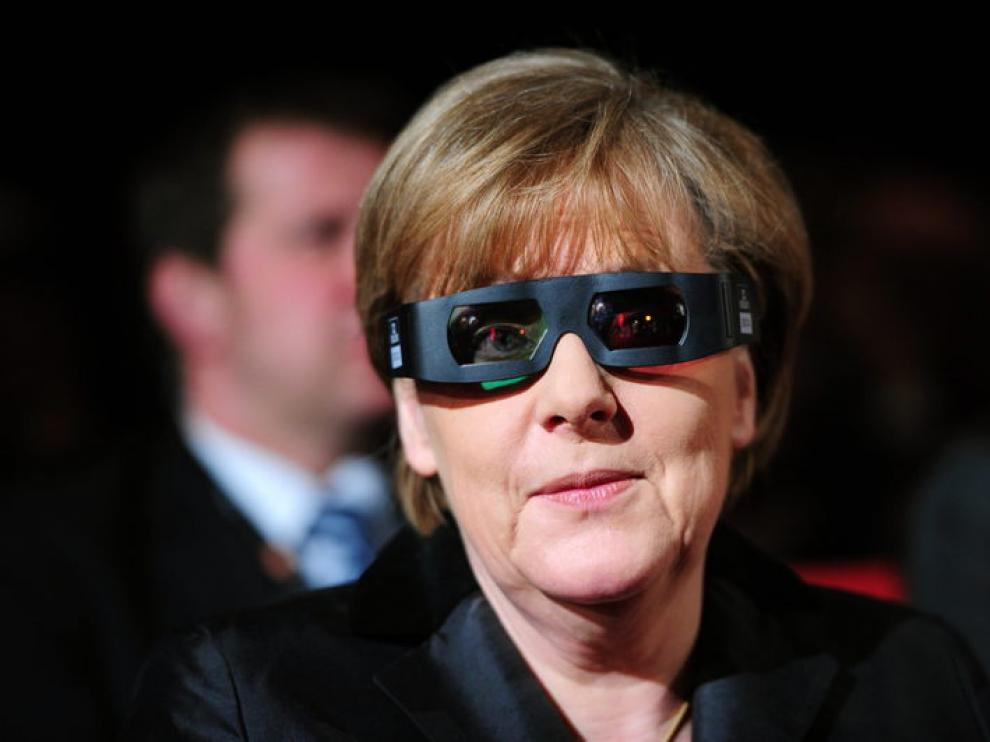 Angela Merkel con las gafas 3D en el festival de Berlín