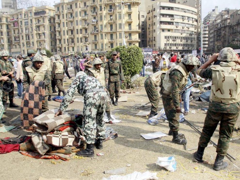 Los soldados desmontan las carpas en la plaza Tahrir,