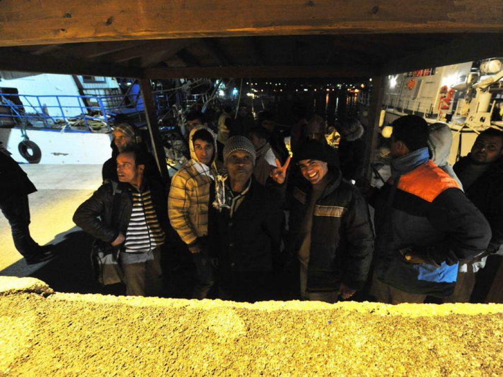 Imigrantes tunecinos, anoche, a su llegada a Lampedusa
